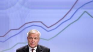 Le commissaire européen Olli Rehn présente les prévisions économiques de la Commission européenne à Bruxelles, mardi 5 novembre 2013.