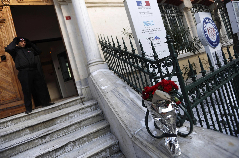 Devant le Consulat général de France, où le drapeau tricolore est en berne, des œillets rouges déposés par des anonymes en hommage aux victimes de «Charlie Hebdo». Istanbul, le 8 janvier 2015.