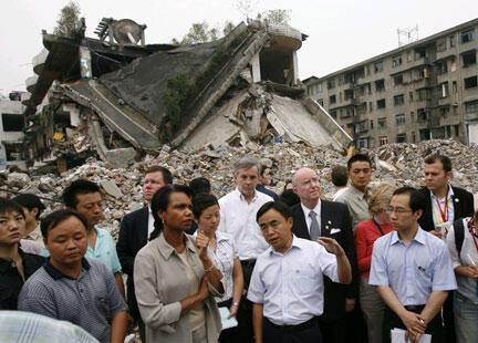 Cựu Ngoại trưởng Mỹ Condoleezza Rice (giữa) đi thăm vùng bị động đất ở Tứ Xuyên, ngày 29/06/2008 (Reuters)