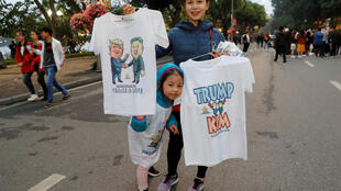 特金會前夕,越南街頭販售特朗普金正恩像的T衫。