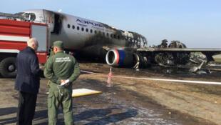 Глава СК РФ Александр Бастрыкин (слева) у самолета Sukhoi Superjet 100, 6 мая 2019