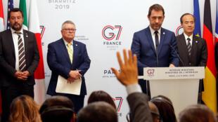Le ministre français de l'Intérieur Christophe Castaner entouré de ses homologues du G7 lors d'une conférence de presse, ce jeudi, à Paris.
