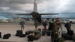 Des soldats américains arrivent en renfort à l'aéroport de Port-au-Prince, le 13 janvier 2010.