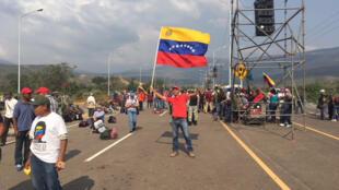 Au Venezuela,  de l'autre côté du Pont Tienditas qui sépare le pays de la Colombie, les soutiens du président Maduro ont organisé un concert pour défendre la paix et leur souveraineté.