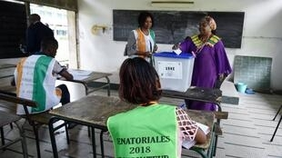 Le 24 mars 2018, l'élection des sénateurs battait son plein, comme ici à Abidjan. Un an plus tard, le Sénat ne fonctionne toujours pas.