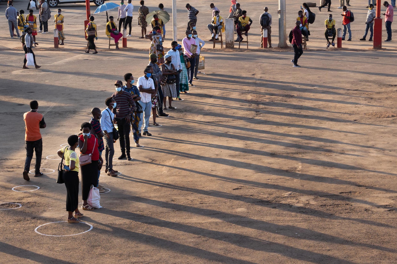 Mise en place des distanciations sociales à un arrêt de bus de Kigali, au Rwanda, le 4 mai 2020.