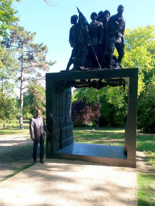 Cheikh Sakho, historien franco-sénégalais, devant le Monument aux Héros de l'Armée noire de Reims.
