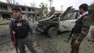Atentado contra a comitiva de Abdullah Abdullah deixou pelo menos seis mortos e vários carros destruídos.