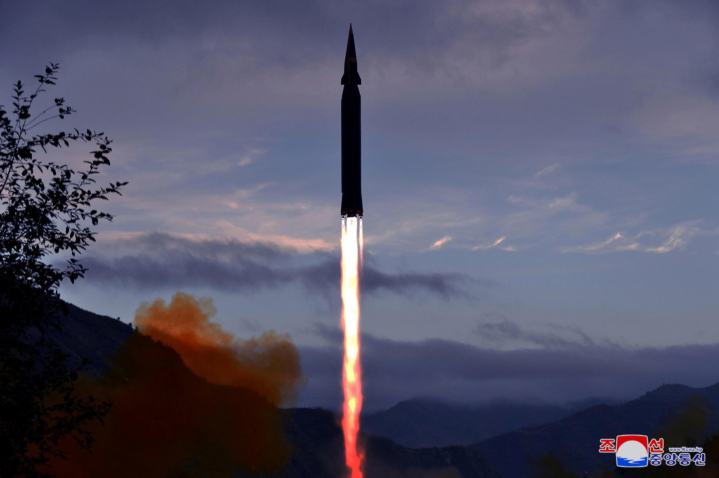 """朝鮮試射新研發的""""火星-8""""型""""高超音速導彈""""資料圖片"""