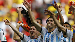 La joie de Lionel Messi, de José Maria Basanta et des Argentins, le 5 juillet 2014, pour leur victoire contre les Pays-Bas... L'Argentine affrontera l'Allemagne en finale le 13 juillet 2014.