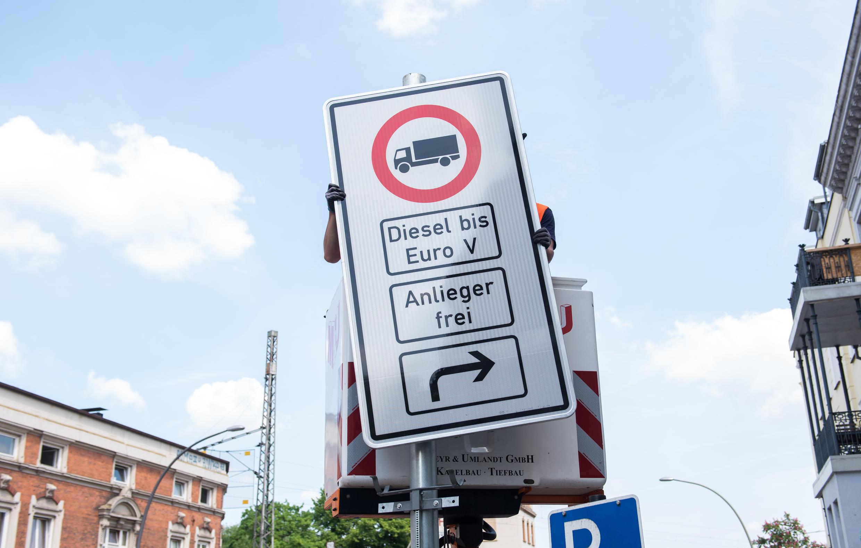 Cartel que prohíbe la circulación a los camiones diésel en Hamburgo.