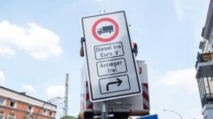 Un panneau d'interdiction de conduire pour les camions diesel à Hambourg.