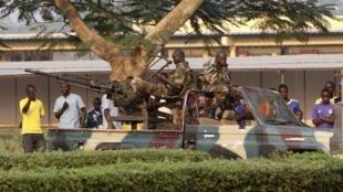 Des soldats centrafricains dans les rues de la capitale Bangui le 30 décembre 2012.