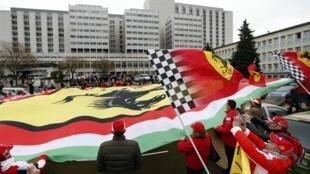 Fãs de Schumacher estendem bandeira da Ferrari na entrada do hospital universitário de Grenoble, para celebrar os 45 anos do heptacampeão celebrados hoje, 3 de janeiro de 2014.