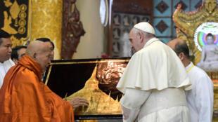 """El papa Francisco intercambia presentes con Bhaddanta Kumarabhivamsa,  anciano presidente del """"sangha"""" supremo de monjes budistas, el 29 de noviembre de 2017 en Rangún.."""