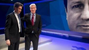 Le leader travailliste Ed Miliband (g.) et le journaliste vedette Jeremy Paxman (d.) sur le plateau de la chaîne Sky News-Channel 4, le 26 mars 2015. En fond, sur le mur est projetée l'image du Premier ministre conservateur David Cameron.