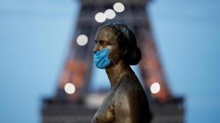 巴黎埃菲尔铁塔对面特罗卡德罗广场(又称人权广场)上,戴着防护面具的金色雕像。