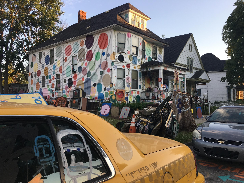 Au coin d'Heidelberg street, entre deux artères désertes, un jaillissement de couleurs accueille le visiteur.