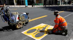 Hành lang dành cho người đi xe đạp được lập thêm chuẩn bị cho dỡ phong tỏa. Vincennes, ngoại ô Paris ngày 08/05/2020.