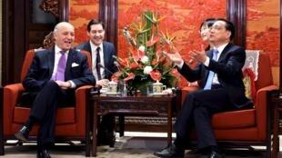 中国总理李克强(右)与法国外长法比尤斯在中南海会晤2015年5月15