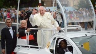 Giáo hoàng Phanxicô vẫy chào người dân Cuba ra đón Ngài trên đường từ sân bay Jose Marti về trung tâm La Habana ngày 19/09/2015.
