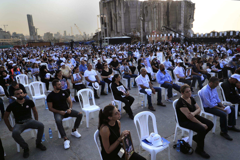 در نخستین سالگرد انفجار دهشتناک بندر بیروت، اسامی ٢١٤ قربانی این حادثه در ساعت ١٨ و ٧ دقیقه، لحظۀ دقیق انفجار، یک به یک در سکوت جمعیت حاضر خوانده شد ـ ٤ اوت٢٠٢١
