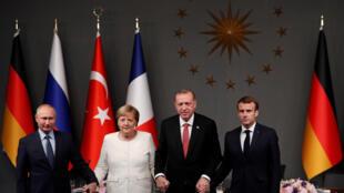Từ trái sang phải: Lãnh đạo bốn nước Nga, Đức, Thổ Nhĩ Kỳ và Pháp tại buổi họp báo chung ở Istanbul, thứ Bảy ngày 27/10/2018.