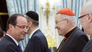 Le président Hollande accueille le cardinal André Vingt-Trois, président de la Conférence des évêques de France, lors des voeux à l'Elysée, Paris, le 8 janvier 2013.
