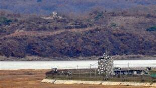Des postes de garde en Corée du Sud (d) et Corée du Nord (g), près de la zone démilitarisée séparant les deux pays, le 10 novembre 2009.