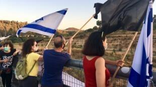 Des anti-Netanyahu manifestent sur l'autoroute entre Jérusalem et Tel Aviv, ce samedi 25 juillet.
