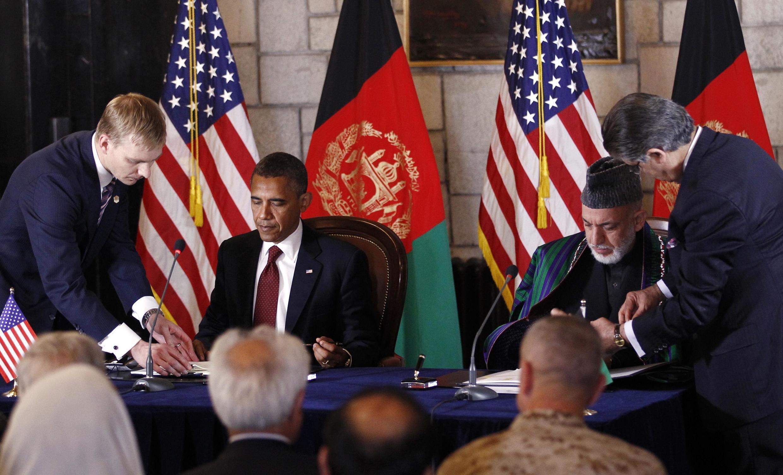 Le président américain Barack Obama et le président afghan Hamid Karzaï signant un accord de partenariat stratégique au Palais présidentiel à Kaboul, le 2 mai 2012.