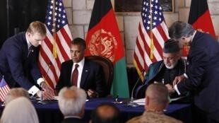 Rais wa Marekani Barack Obama akisaini makubaliano na Rais wa Afghanistan Hamid Karzai juu ya ahadi ambazo zitatekelezwa baada ya kumalizika kwa vita