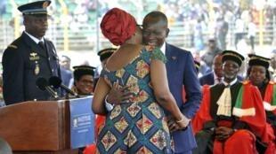 Le nouveau président béninois Patrice Talon embrasse sa femme Claudine lors de son investiture au stade Charles-de-Gaulle, le 6 avril 2016.