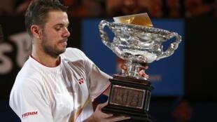 Stanislas Wawrinka ergue o troféu de campeão do Aberto da Austrália, seu primeiro Grande Slam na carreira.