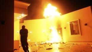 Le consulat américain de Benghazi en Libye est en flamme après une attaque qui a entraîné la mort de l'ambassadeur Christopher Stevens.