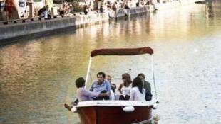 Es posible alquilar un barco eléctrico sin necesidad de permiso en pleno corazón de París.