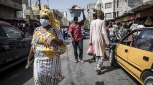 Raia wa Senegal akiwa amevalia barakoa kujikinga na maambukizi ya corona