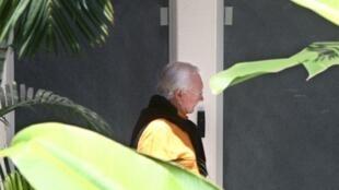 Le sénateur Gaston Flosse se dirige vers le bureau des juges, au palais de justice de Papeete, le 30 septembre 2009.