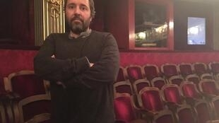 """O diretor húngaro Árpád Schilling, durante o debate """"Os Indesejáveis, os últimos muros contra a Ditadura"""", realizado no Théatre de L'Odéon, em Paris, em 26 de novembro de 2018."""