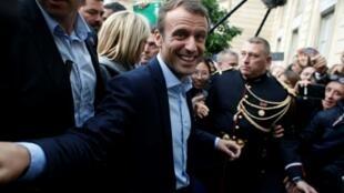 Le président Emmanuel Macron salue les visiteurs du Palais de l'Elysée lors des journées du patrimoine, le 17 septembre à Paris