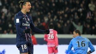 Zlatan Ibrahimovic (PSG) célèbre son but face à Evian Thonon Gaillard, le 8 décembre 2012, à Paris.