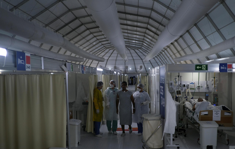 Bệnh nhân được điều trị khỏi Covid-19 tập hồi phục chức năng trong một bệnh viện dã chiến ở Rio de Janeiro, Brazil, ngày 02/07/2020.