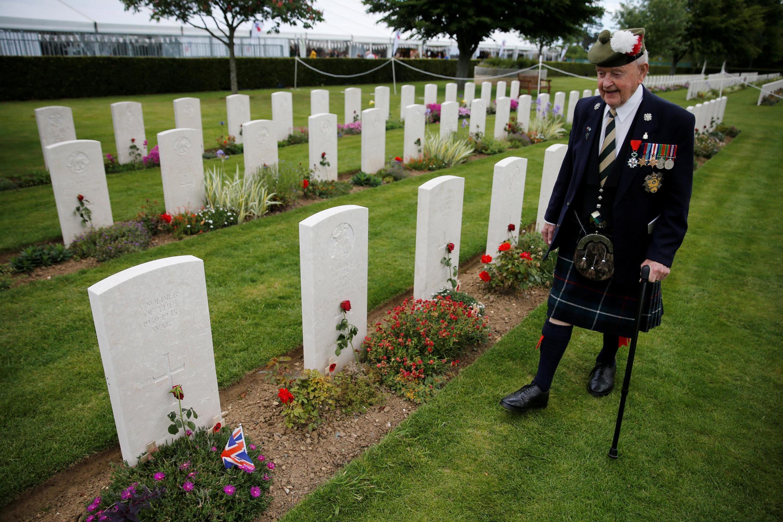 Шотландский ветеран высадки союзников Джон Ламонт на воинском кладбище Байё 6 июня 2019