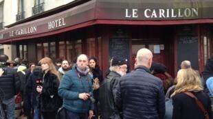 Dezenas de pessoas se reuniram na manhã de sábado diante do bar Le Carillon e do restaurante Le Petit Cambodge, alvos dos atentados.