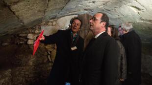 فرانسوا هولاند در بازدید از بازداشتگاه قدیمی «مونتروی- بِله».