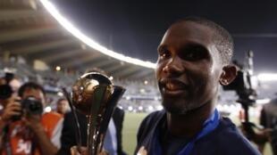 Samuel Eto'o tenant la Coupe du monde des clubs avant le titre de meilleur joueur africain 2010.