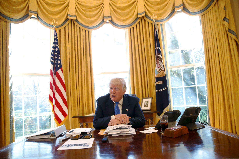Tổng thống Mỹ Donald Trump trả lời phỏng vấn ở Phòng Bầu Dục, Nhà Trắng, Washington, ngày 23/02/2017.
