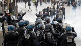Des policiers anti-émeutes déployés lors d'une manifestation, un an après le début du mouvement des «gilets jaunes», à Paris le 16 novembre 2019.