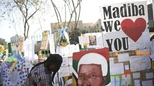Bên ngoài bệnh viện Medi-Clinic Heart, nơi Nelson Mandela điều trị, ngày 26/06/2013 tràn ngập những thông điệp tỏ lòng tôn kính với ông.