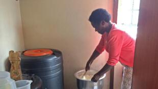 Une femme cuisine grâce au gaz naturel recyclé à partir des déchets.